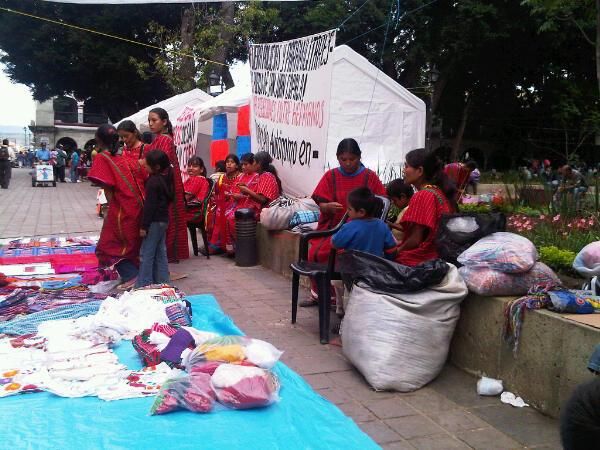 Mujeres Triquis del Municipio Autònomo de San Juan Copala en el plantòn permanente en el Zòcalo Capitalino de la Ciudad de Oaxaca.